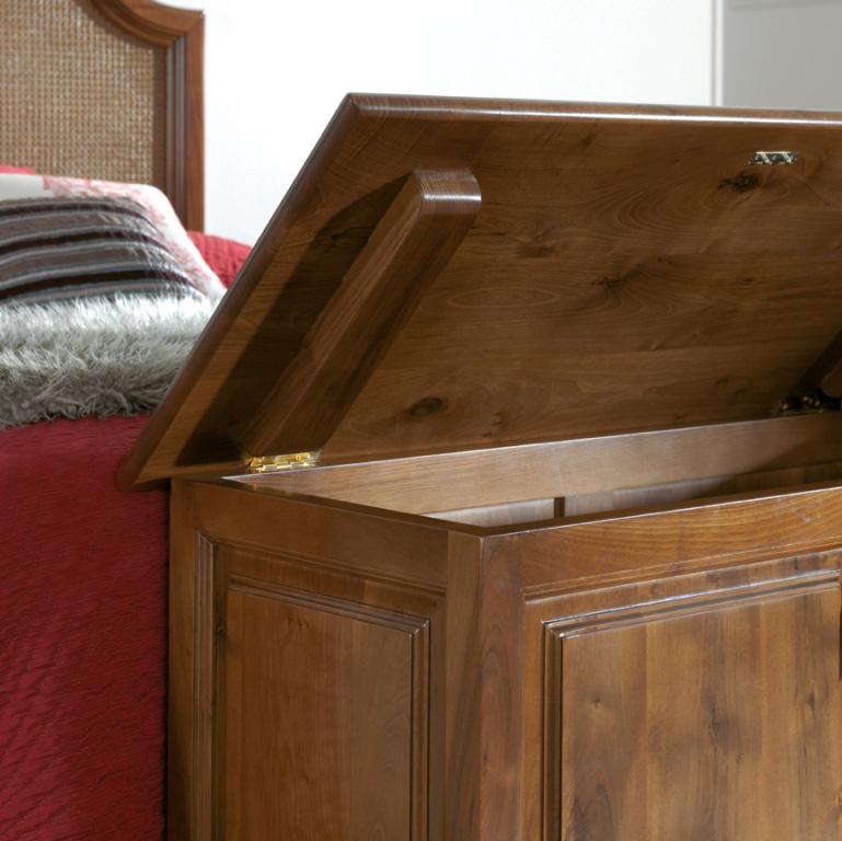 detalle baul dormitorio clásico en madera de nogal
